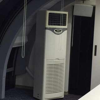 三噸分離式箱型冷氣103年製,有兩組