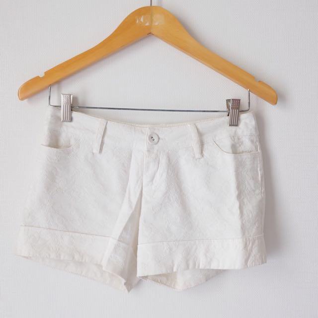 Jacquard Shorts Putih