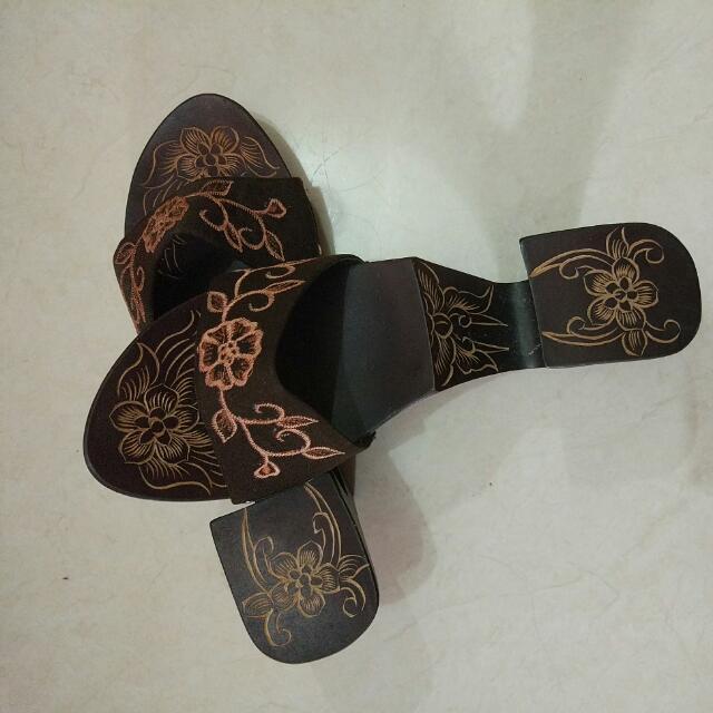 sandal kayu bordir unik