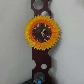 美麗的實木做的壁掛鐘