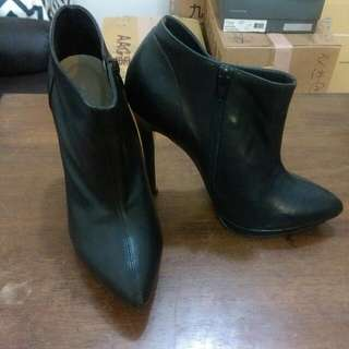 黑色真皮細跟踝靴
