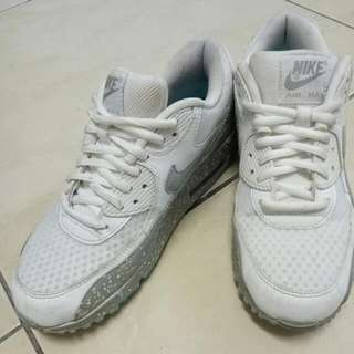 Nike 白色球鞋