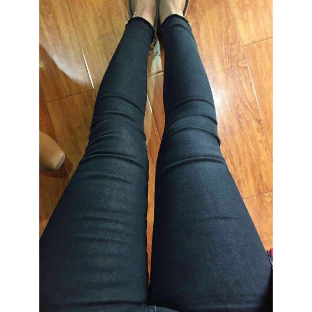 緊身褲腳微刷破牛仔褲