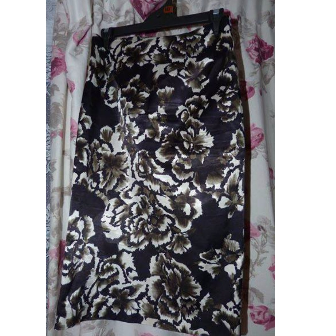 Cue size 10 floral satin feel skirt lined, as new, imported fabric.