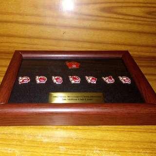 2002大陸可樂銷售二百萬支纪念襟章套装