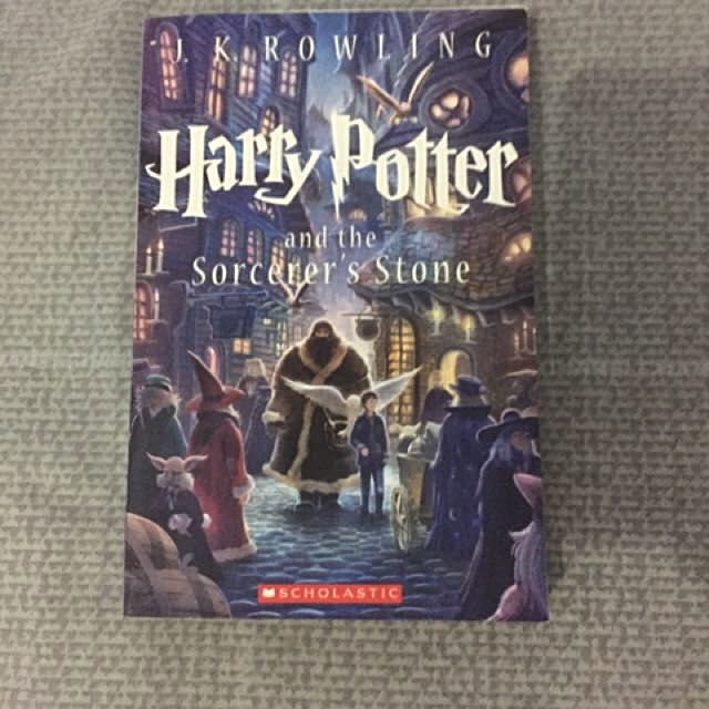 Harry Potter And The Sorcerer Stones (Buku ke-1)