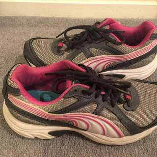 PUMA 37.5 RUNNING SHOES EXC COND