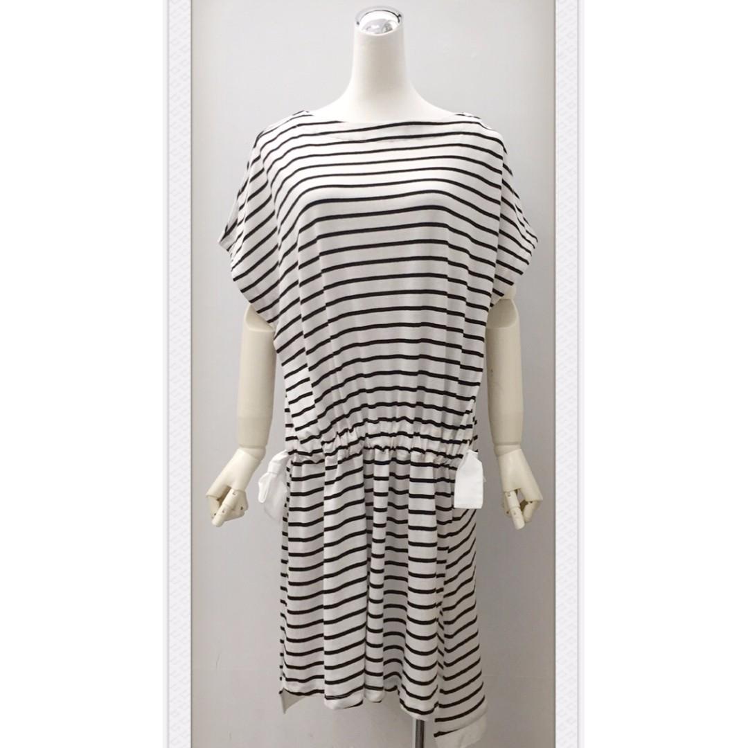 017S269 - 橫條紋前鬆緊左右綁帶開衩前短後長洋裝