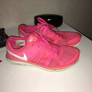 NIKE WOMENS SHOES - SIZE 7-8