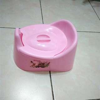 孩童學習尿桶