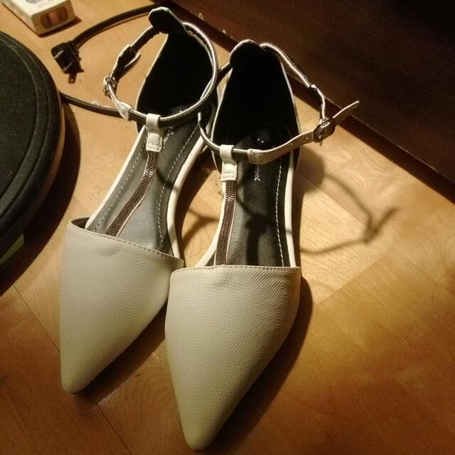 白色繞踝尖頭平底鞋