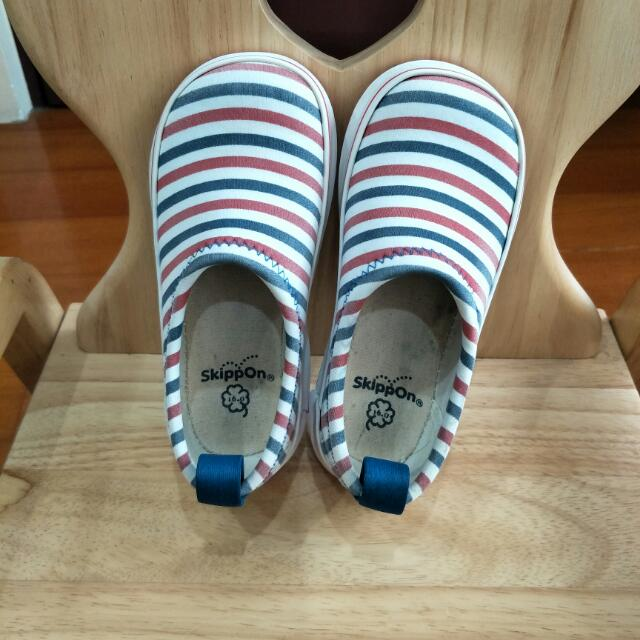 《日本SkippOn》輕量、防滑、好穿、易乾 兒童戶外機能鞋  紅藍白條紋  16cm