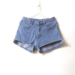 剪裁設計牛仔短褲