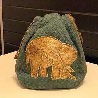 日本雙面圖案繡花大象鐵鍊手抽袋8成新