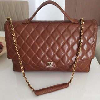 """CHANEL Classic CC Turnlock 2 Way 13.4"""" Maxi Jumbo Briefcase/Document Bag In RARE Diamond Quilted Caramel Gold Lambskin And GHW. Comes With Original Detachable Shoulder/Crossbody Gold Chain Strap"""