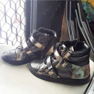 Sepaty kets. VINCE CAMITO