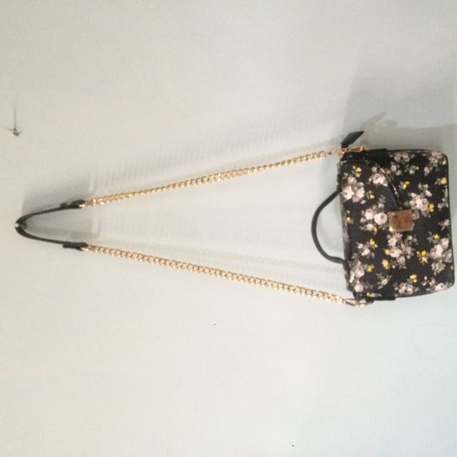 BLACK FLOWERY SLING BAG