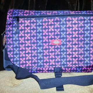 DICKIES 藍紫幾何配色  郵差包 L 號 表面防潑水設計輕巧耐用可調式背帶