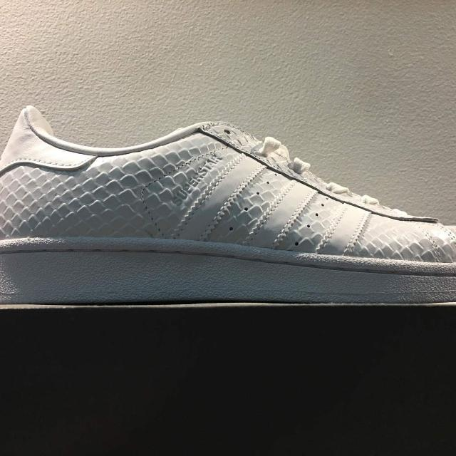 promo code 995c4 7897e RUSH SALE BRAND NEW AUTHENTIC All-White Snakeskin Adidas Superstar,  Womens Fashion, Shoes on Carousell