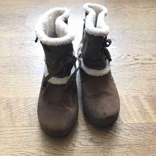 咖啡色毛毛短靴