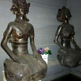 patung batu khas jawa sepasang . cewe dan cowo