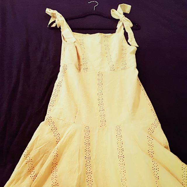 百櫃單品  淺薑黃繫蝴蝶結肩帶 雕花刺繡 收腰身公主裙  無色差