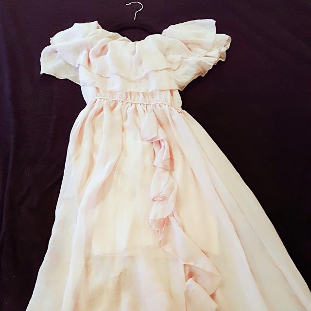 百櫃單品 粉色浪漫長洋  蠶絲質可拉一字肩 柔軟順滑自然垂墜感 荷花編修飾裙身 好美 女神長洋