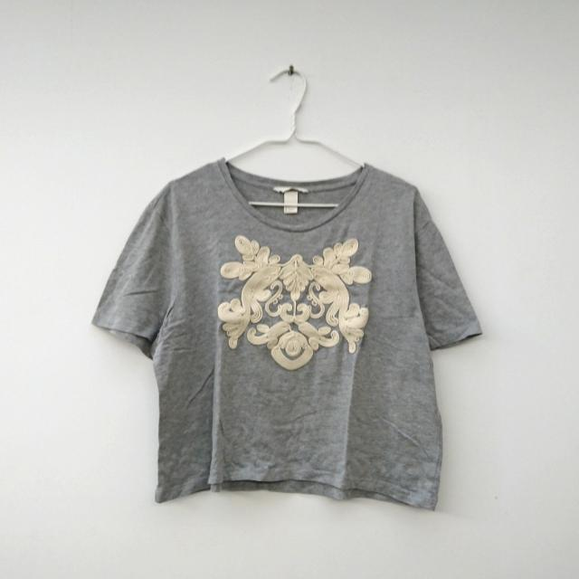 H&M 露臍衫 Cropped grey top with white flower
