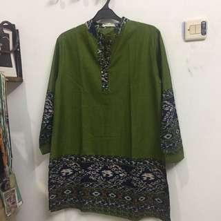 Green tunique motif