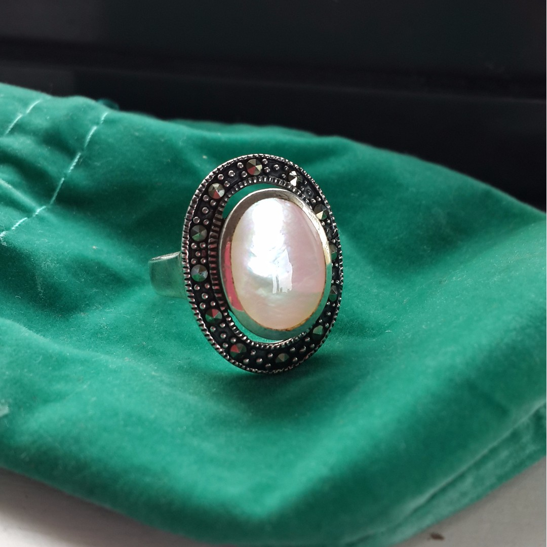 925 Sterling Silver Mother-of-Pearl & Marcasite Ring Size 8 (Brand new)