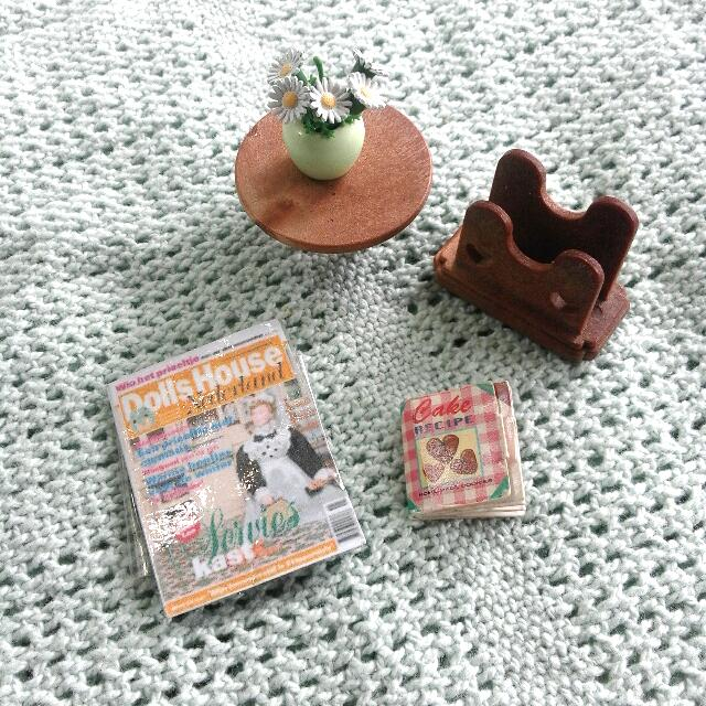 Sylvanian Families Round side table and magazine rack set