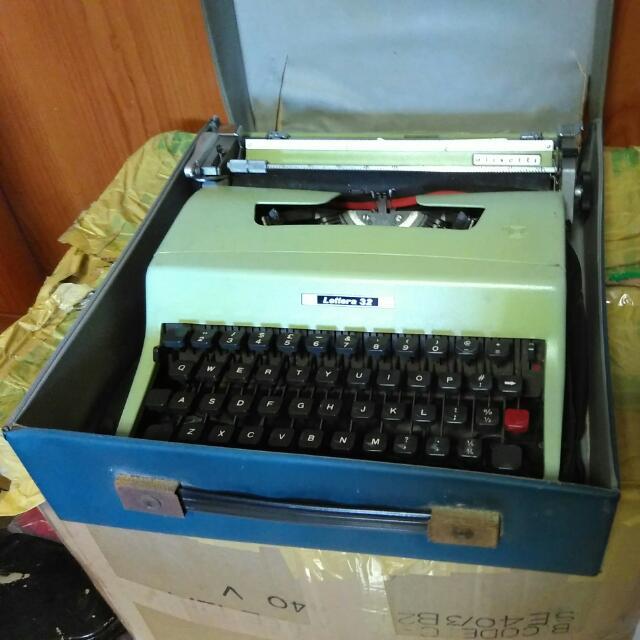 Vintage Typewriter Olivetti Lettera 32