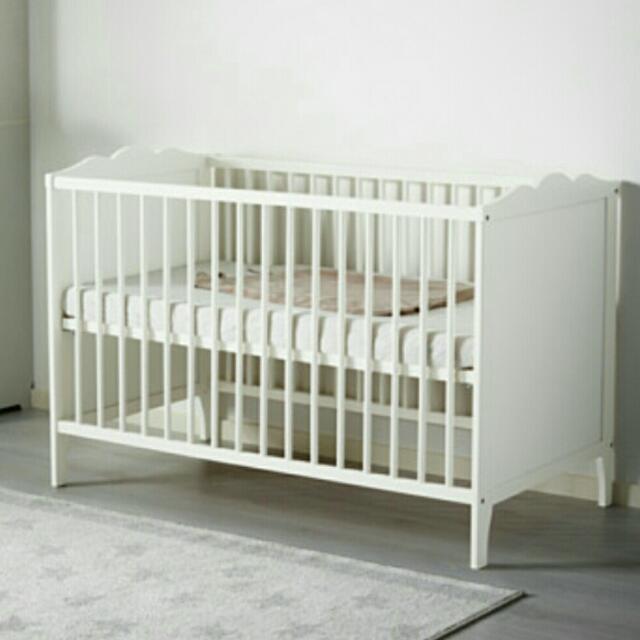 近全新嬰兒床 +床墊 +床包 +床圍