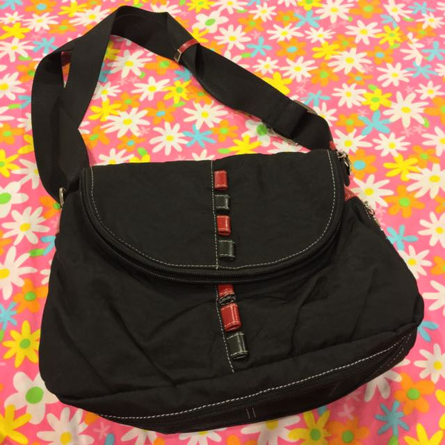 Black Expandable Bag With Adjustable Strap And Red Details