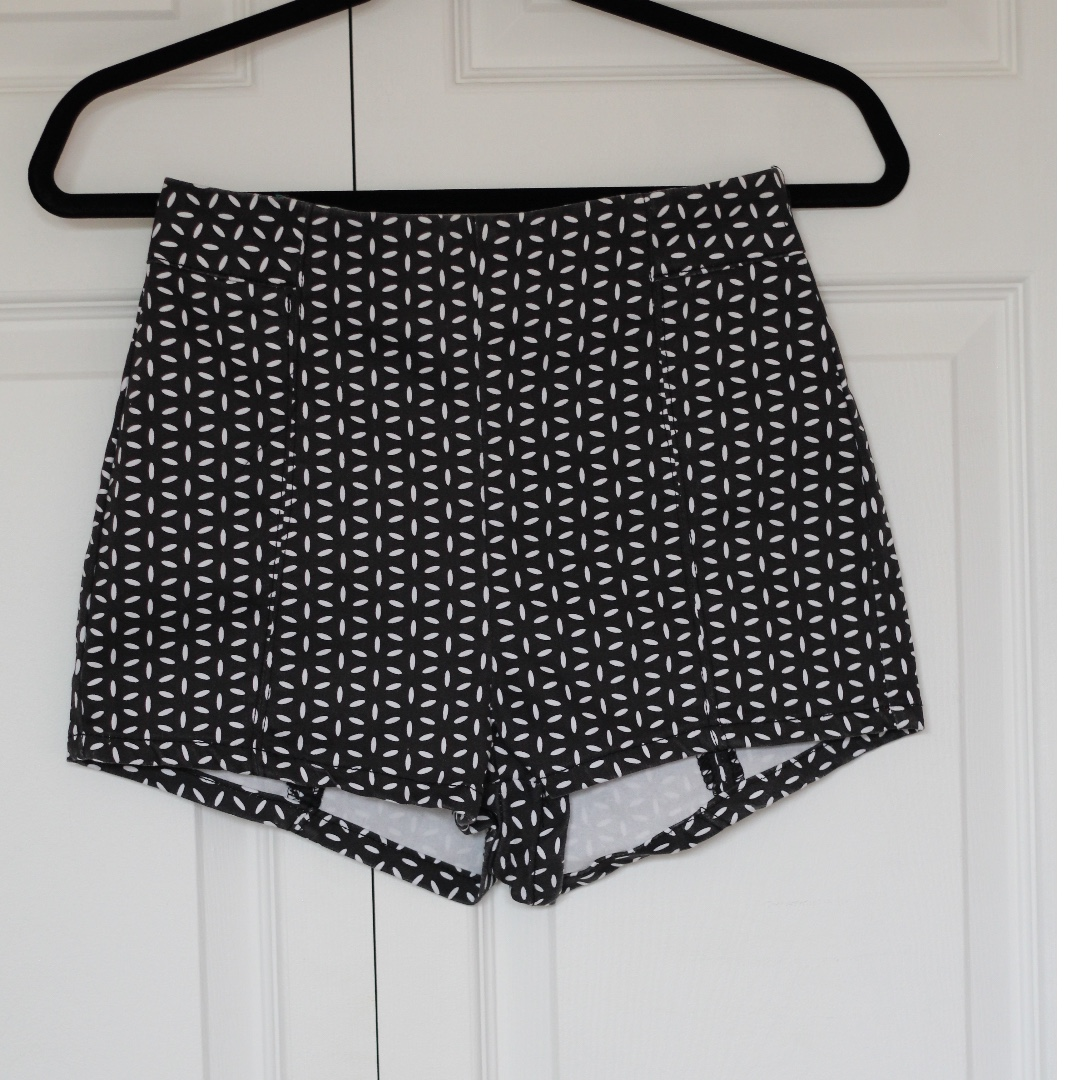 Black and white high waisted hot pants!