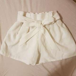 白色綁帶短褲