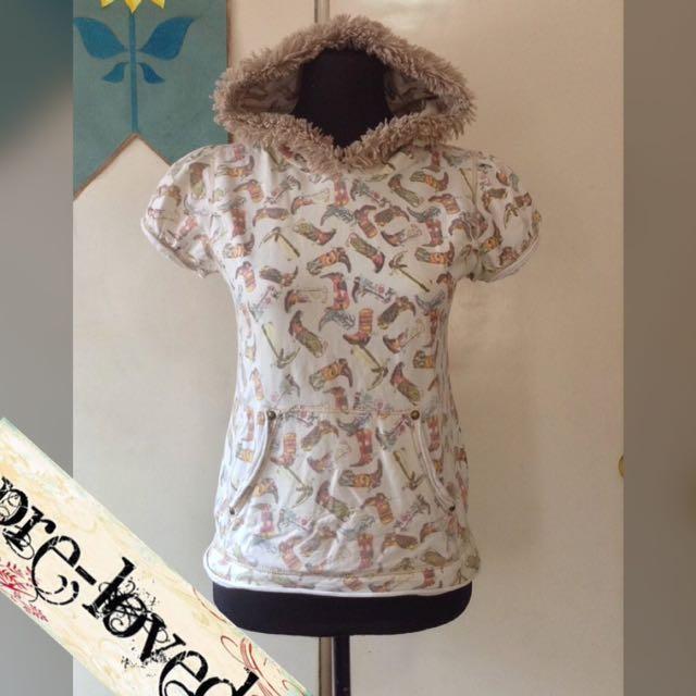 Off-white hoodie w/ fur trim detail & boots print