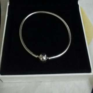 Pre-loved Authentic Pandora Moments Smooth/Treadless Bracelet 18cm
