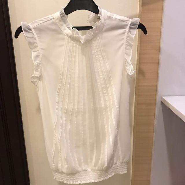 White Shirt Iora