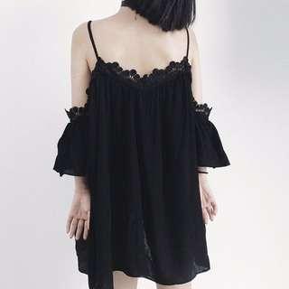 細肩帶削肩蕾絲拼接短洋裝/長上衣/露肩洋裝/顯瘦洋裝