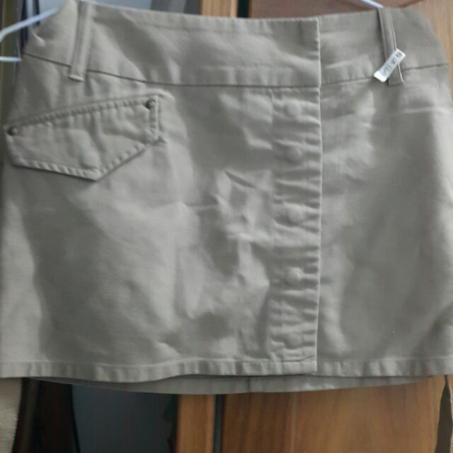 淺卡其色🤗超有造型的🍅迷你裙🍁 有 三個真口袋☘ 口袋邊邊都有打毛丁 😗M號