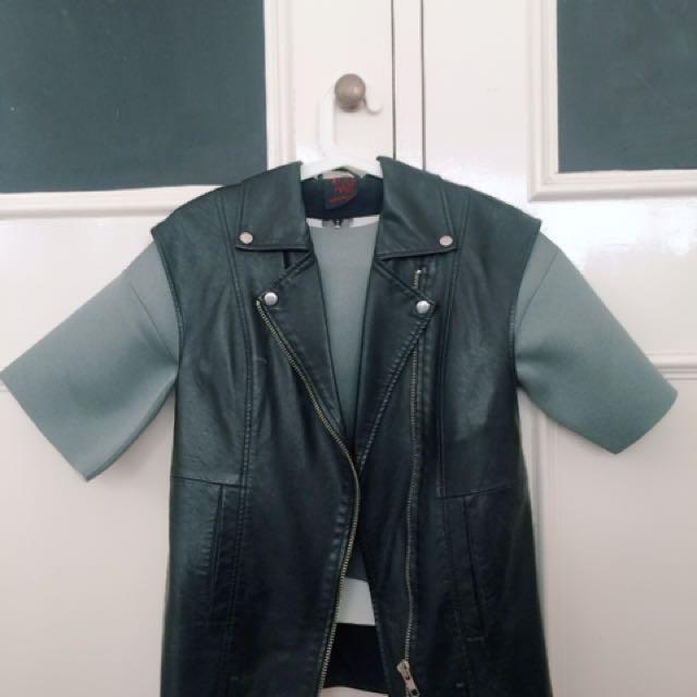 Leather vest in Black
