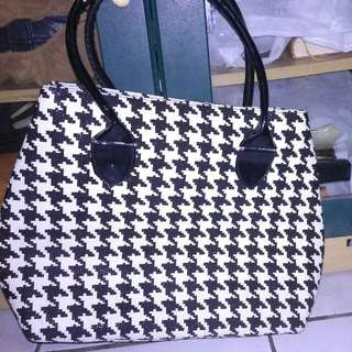 Hand bag abstrak hitam putih