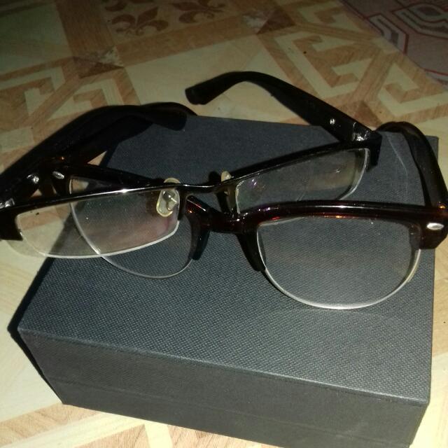2 Kacamata Gaya