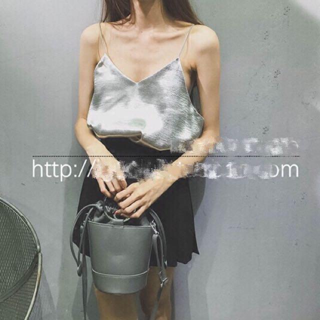 #女裝五折出清 二手衣出清*全新僅試穿歐美絲絨緞面銀色細肩背心