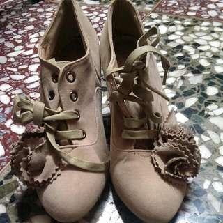 里琪 立體花朵裝飾麂皮高跟牛津鞋-38 淺卡其