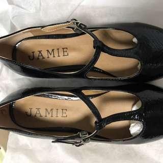 出清 全新黑色包頭鞋