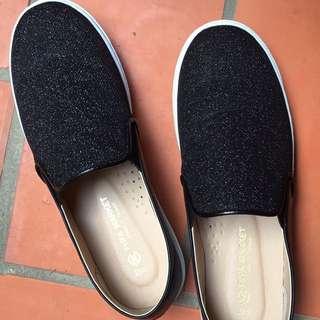 亮面黑色平底鞋