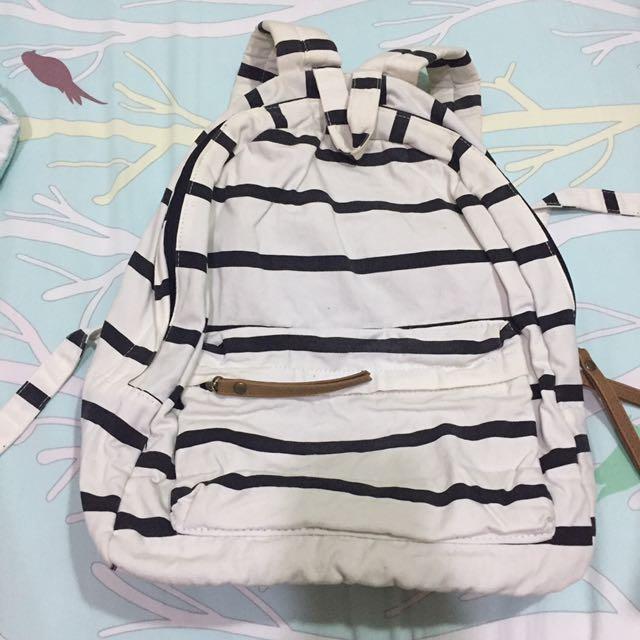 白條紋後背包