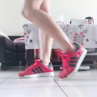 愛迪達紅色板鞋